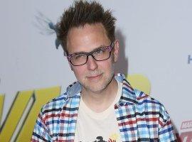 Джеймс Ганн позирует ссупермилой собачкой навидео сосъемок «Отряда самоубийц»