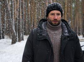 Юрий Быков бегает за девушкой по всему санаторию в отрывке из фильма «Сторож»