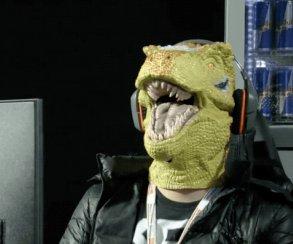 Вот это имидж! Киберспортсмен в маске динозавра побеждает своего оппонента на Evo Japan
