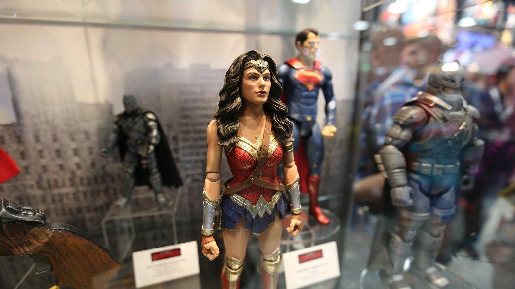 Костюмы, гаджеты и фигурки Бэтмена на Comic-Con 2015 | Канобу - Изображение 31
